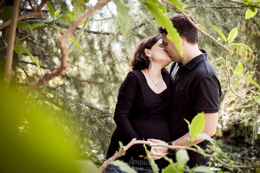 Sesión premamá, reportaje de embarazo en primavera. Fotografía natural de familias en Barcelona - Mon Amour Family Photography by Mònica Vidal