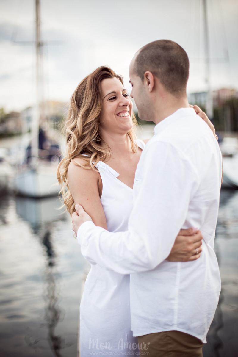 Preboda en la playa de Palamós, sesión de pareja en una calita, fotografía natural de bodas en Barcelona y Girona - Mon Amour Wedding Photograpy by Mònica Vidal