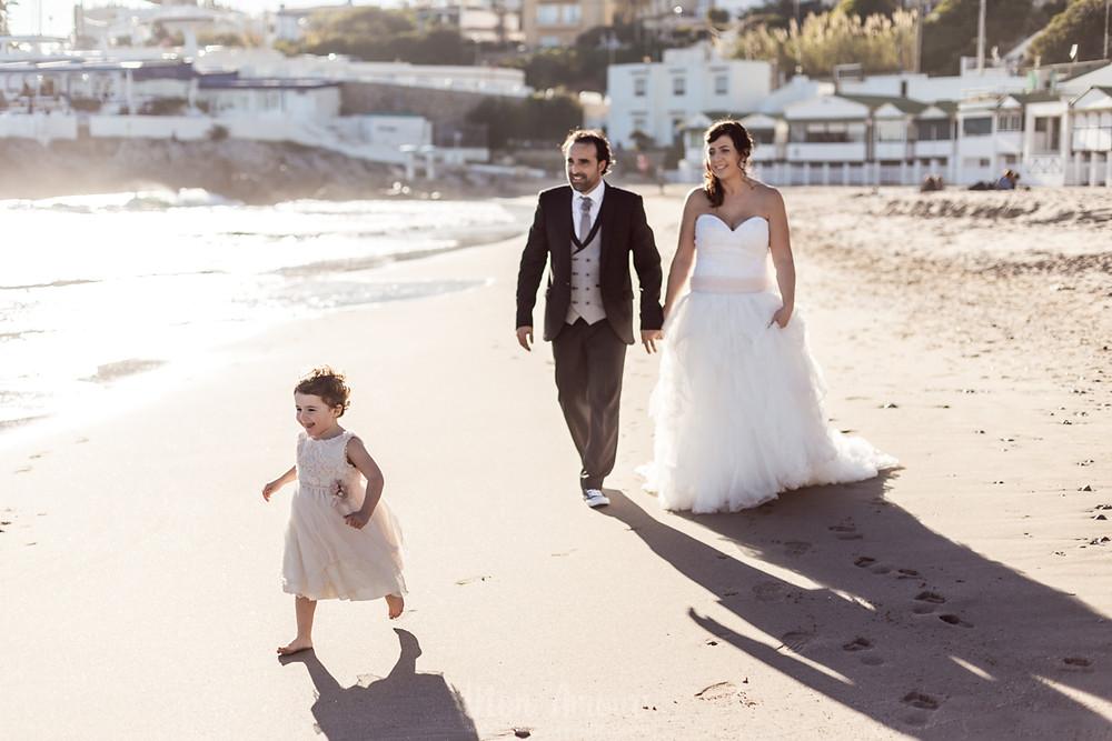 Postboda en familia en el atardecer de la playa del Garraf, vestido de novia de Aire Barcelona, fotografía natural de bodas y familias en Barcelona - Mon Amour Wedding & Family Photography by Mònica Vidal