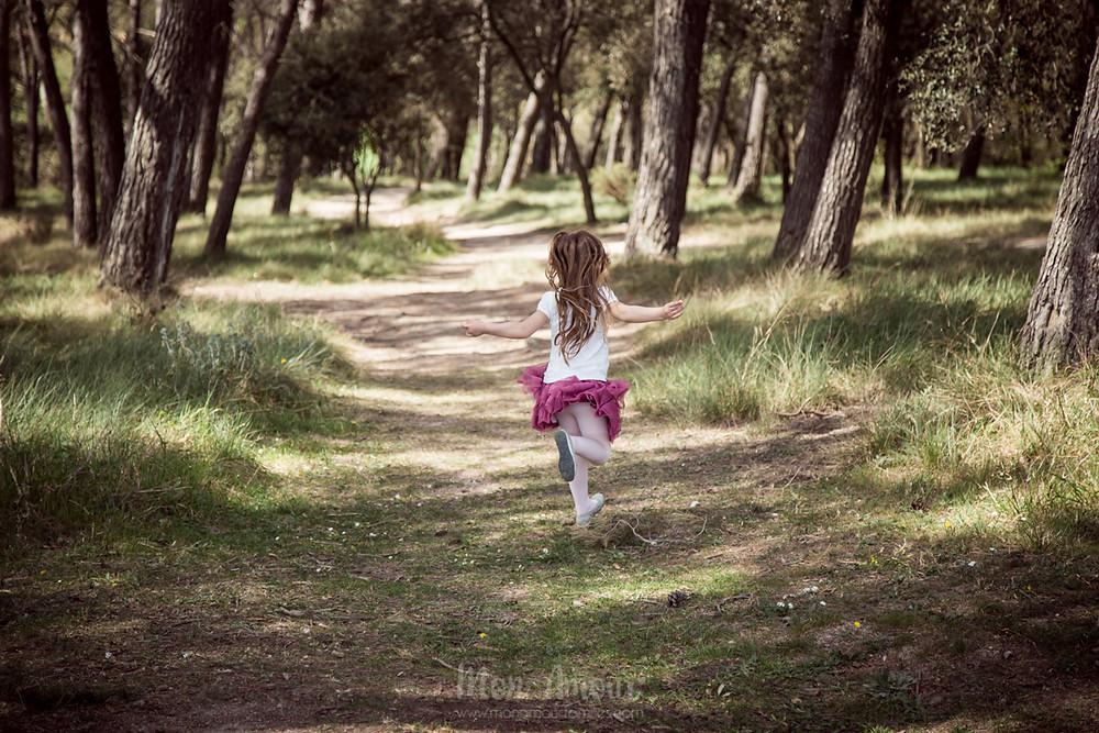 Sesión infantil de primavera en el bosque, fotografía natural de familias en Barcelona - Mon Amour Family Photography by Mònica Vidal