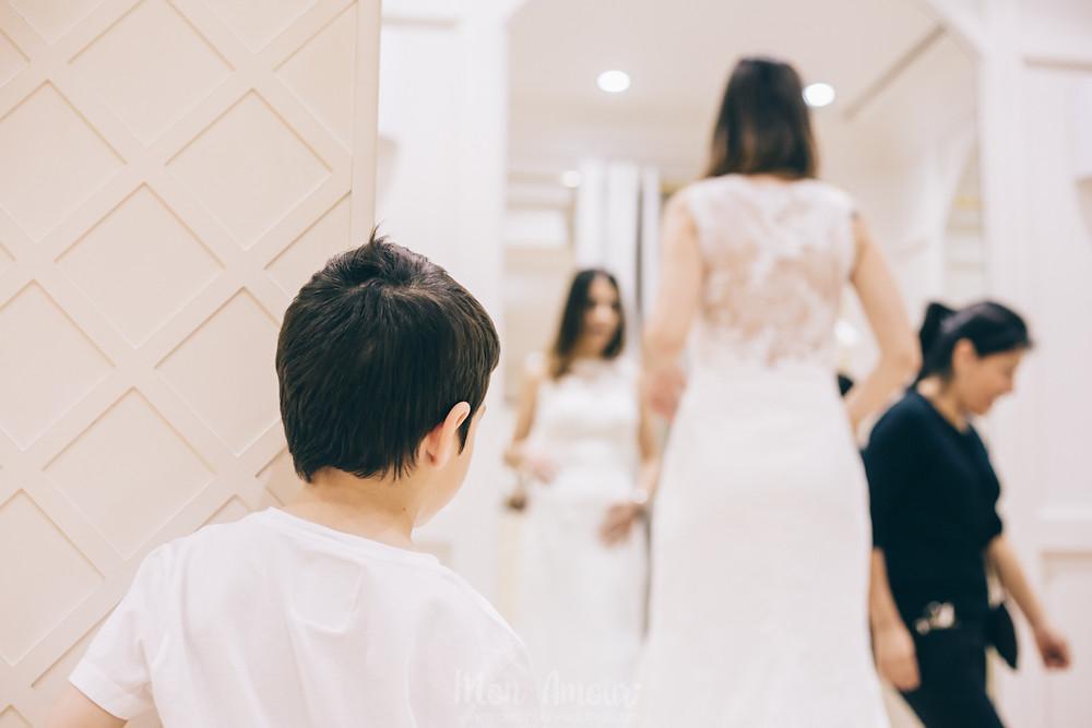 Bride's Look, reportaje de prueba de vestido de novia, Pronovias Flagship Barcelona, fotografía de bodas natural - Mon Amour Wedding Photography by Mònica Vidal