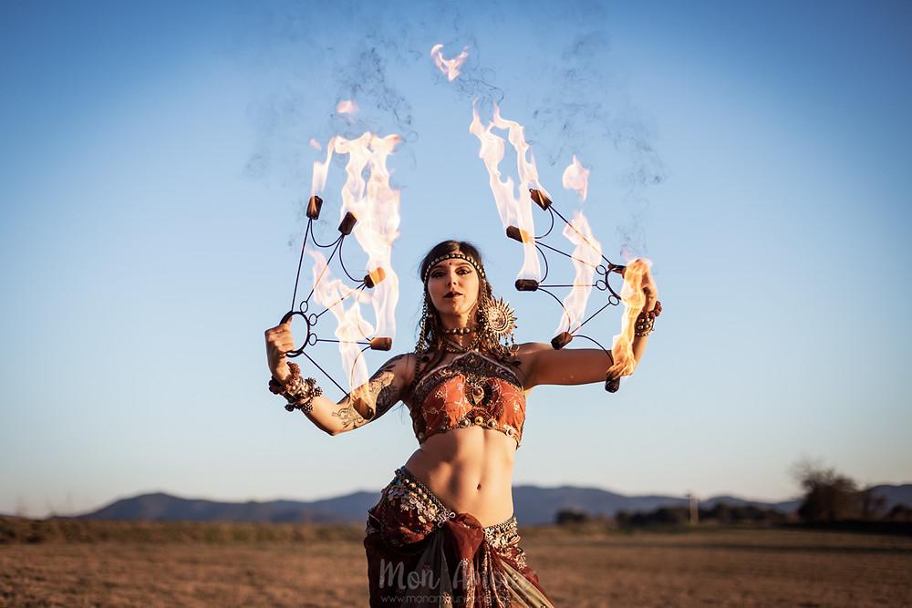 Reportaje, sesión de fotos, Cosmos Daughter. Bailarina de Tribal Fusión y fire Dancer. Bailando al aterdecer de invierno en Barcelona - fotografía de Mònica Vidal