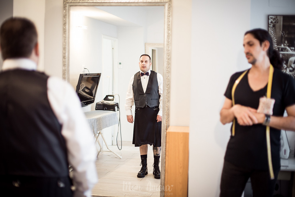 Groom's Look, prueba de traje de novio, kilt de Carlos Sutil, fotografía natural de bodas en Barcelona, Mon amour Wedding Photography by Mònica Vidal