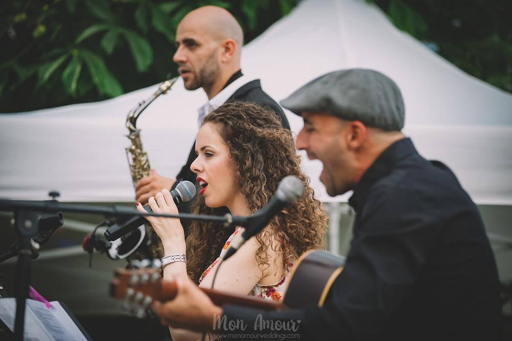 Boda de verano en Vinyes Grosses, música en directo por Carmen Porcar  - Fotografía de bodas natural en Barcelona - Mon Amour Wedding Photography