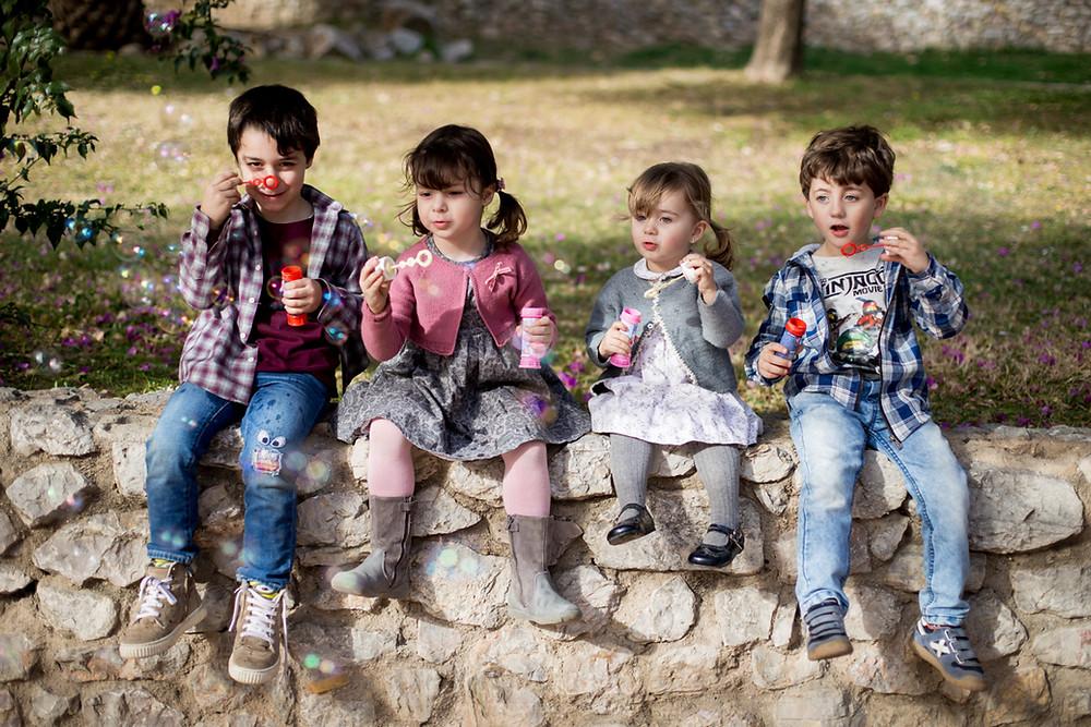 Sesión infantil, reportaje de primos en el parque de Can Mercader, Cornellà. Fotografía de familias natural en Barcelona - Mon Amour Family Photography by Mònica Vidal