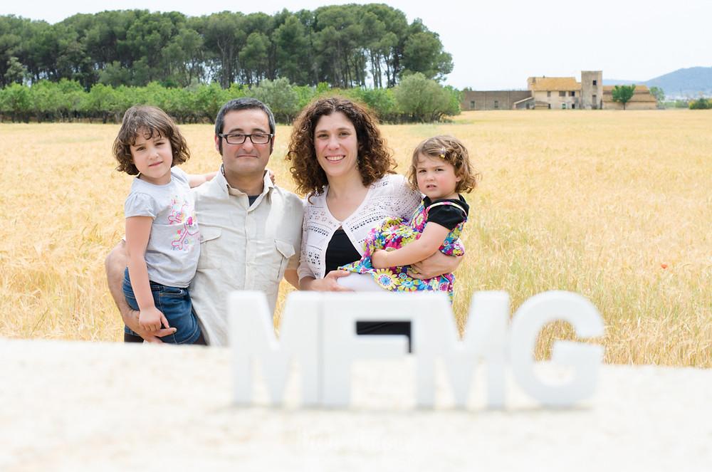 Sesión de fotos familiar en la playa y el campo, Fotografía natural de familias en Barcelona, Mon Amour Family Photography