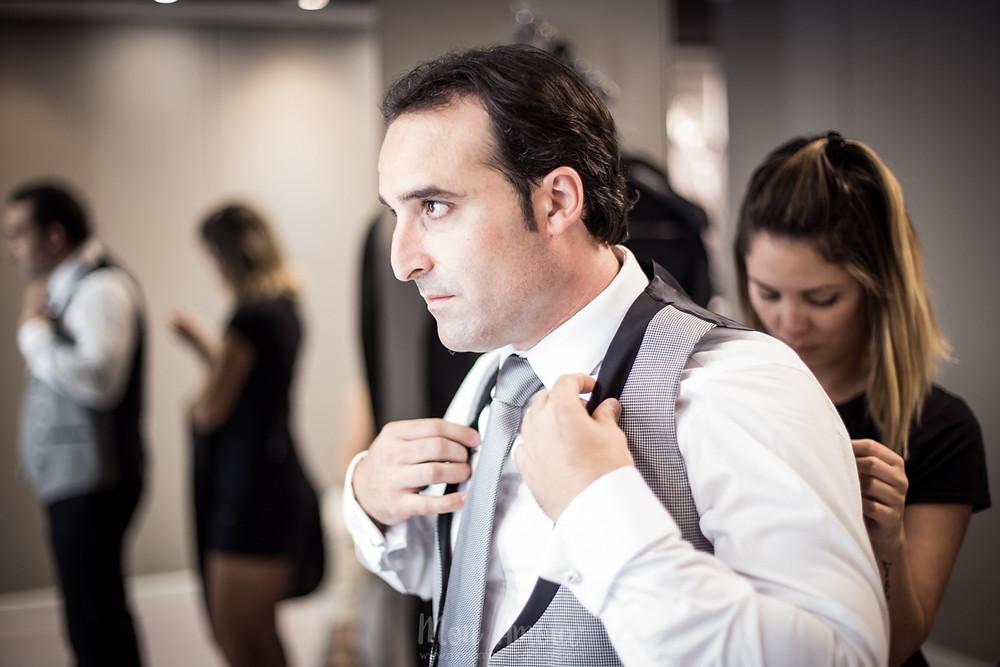 Groom's Look, prueba de traje de novio, fotografía natural de bodas en Barcelona - Mon Amour Wedding Photography by Mònica Vidal