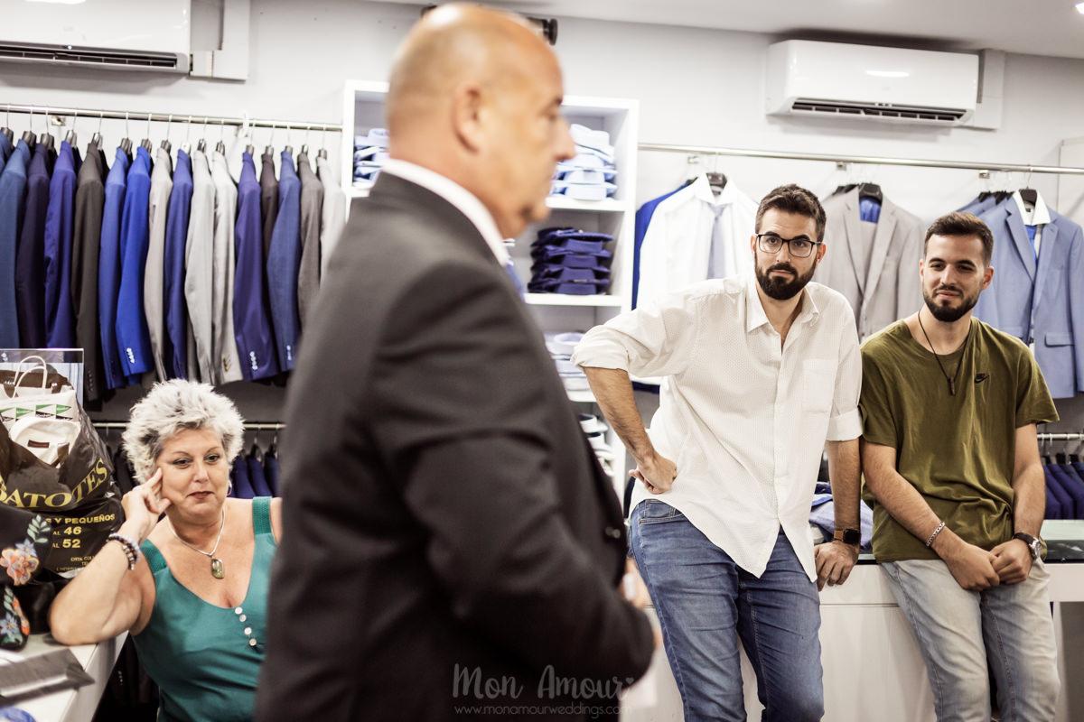 Groom's look, prueba de traje de novio en Xeviot de Sabadell, fotografía natural de bodas en Barcelona - Mon Amour Wedding Photography by Mònica vidal