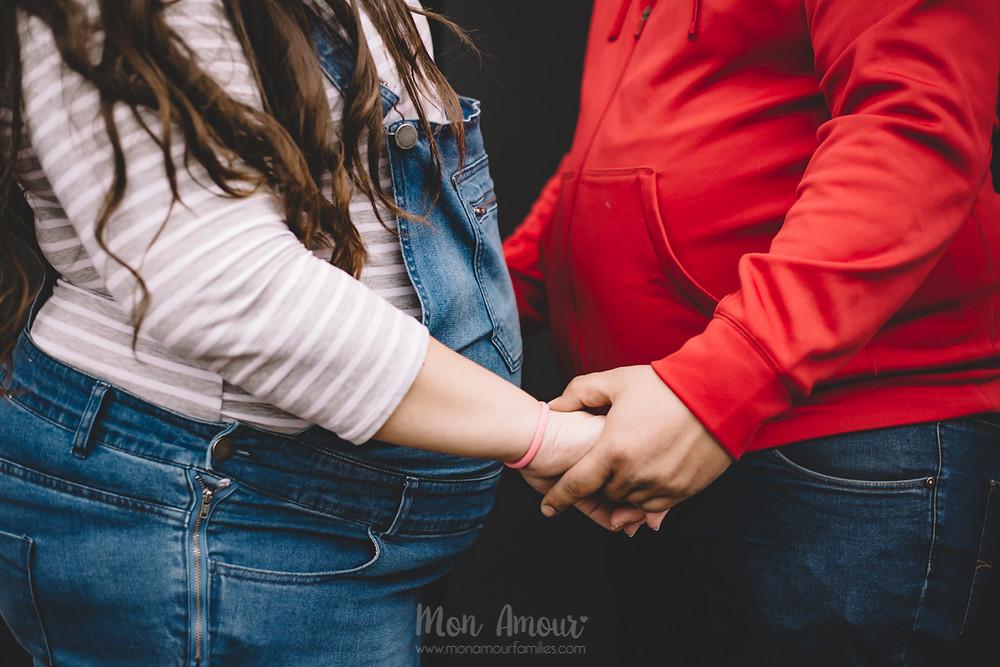 Sesión de fotos premamá bajo la lluvia en el Forum, fotografía natural de familias en Barcelona - Mon Amour Family Photography
