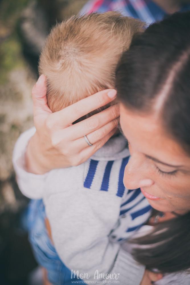 Mamá con bebé y anillo de prometida - Fotografía de bodas en Barcelona - Mon Amour wedding photography