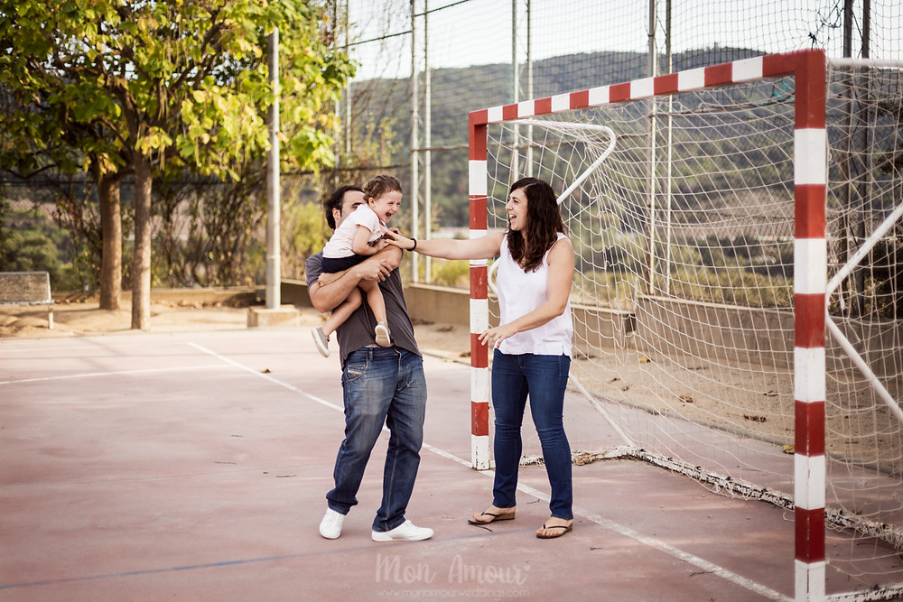 Preboda en familia en la antigua escuela donde se conocieron, campo de girasoles con perro - fotografía natural de bodas y familias en Barcelona, Mon Amour Wedding Photography by Mònica Vidal
