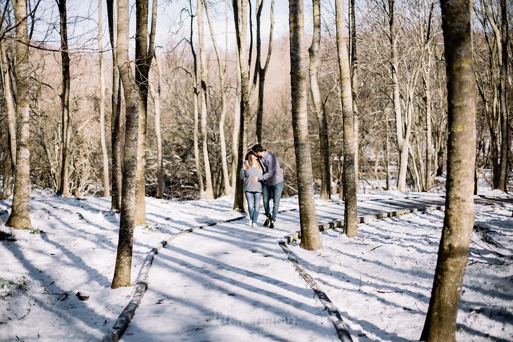 Sesión embarazo, reportaje de fotos premamá en la nieve. Santa Fe del Montseny en invierno - Fotografía natural de familias en Barcelona, Mon Amour Family Photography by Mònica Vidal