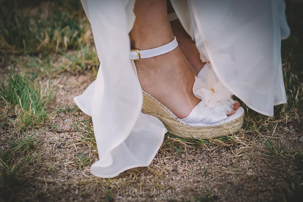 Boda de verano en Vinyes Grosses, zapatos de El Tocador de la Novia  - Fotografía de bodas natural en Barcelona - Mon Amour Wedding Photography