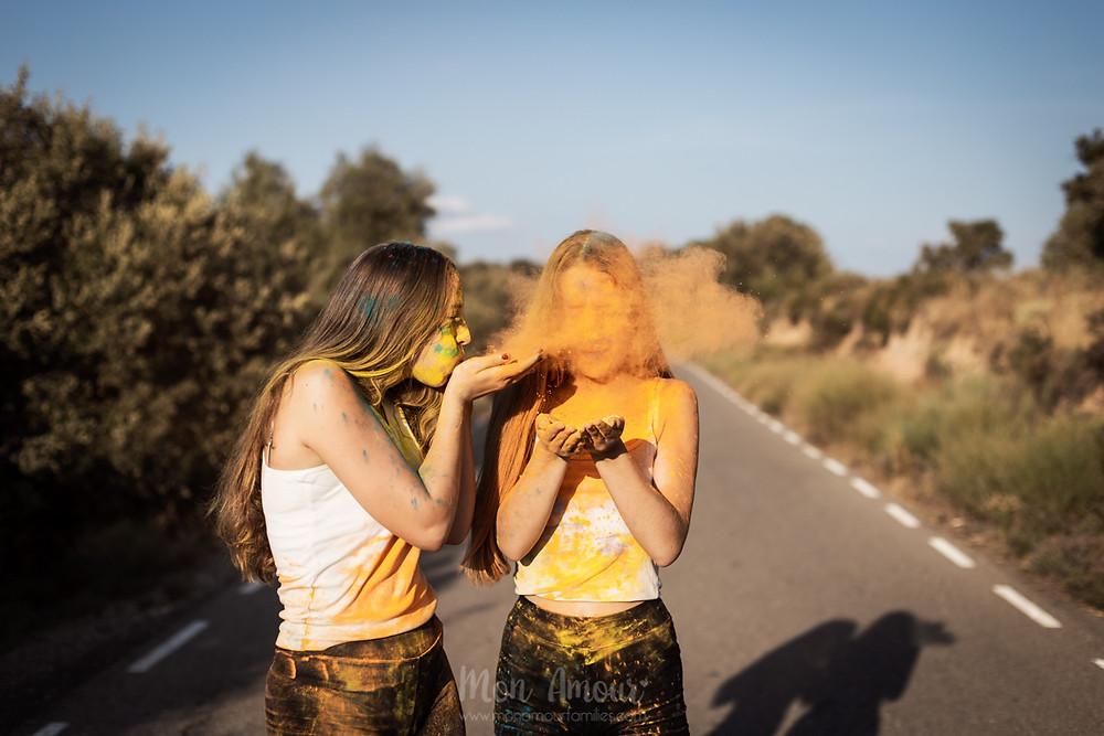 Sesión de fotos holi de hermanas, fotografía natural de familias en Barcelona - Mon Amour Family Photography by Mònica Vidal