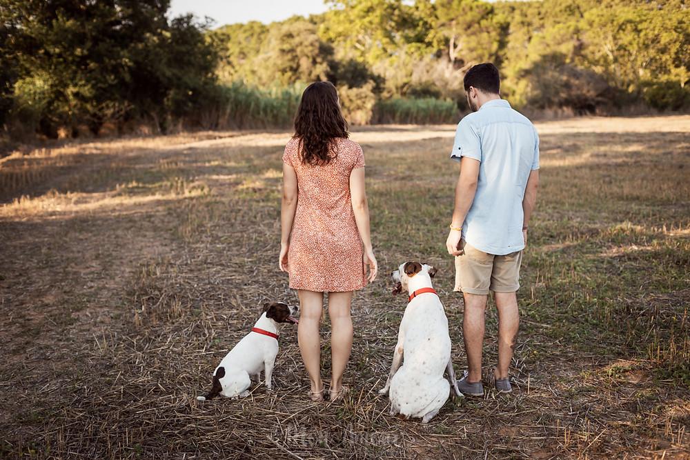 Preboda con los perros en un atardecer de verano, fotografía natural de bodas en Barcelona - Mon amour Wedding Photography by Mònica Vidal