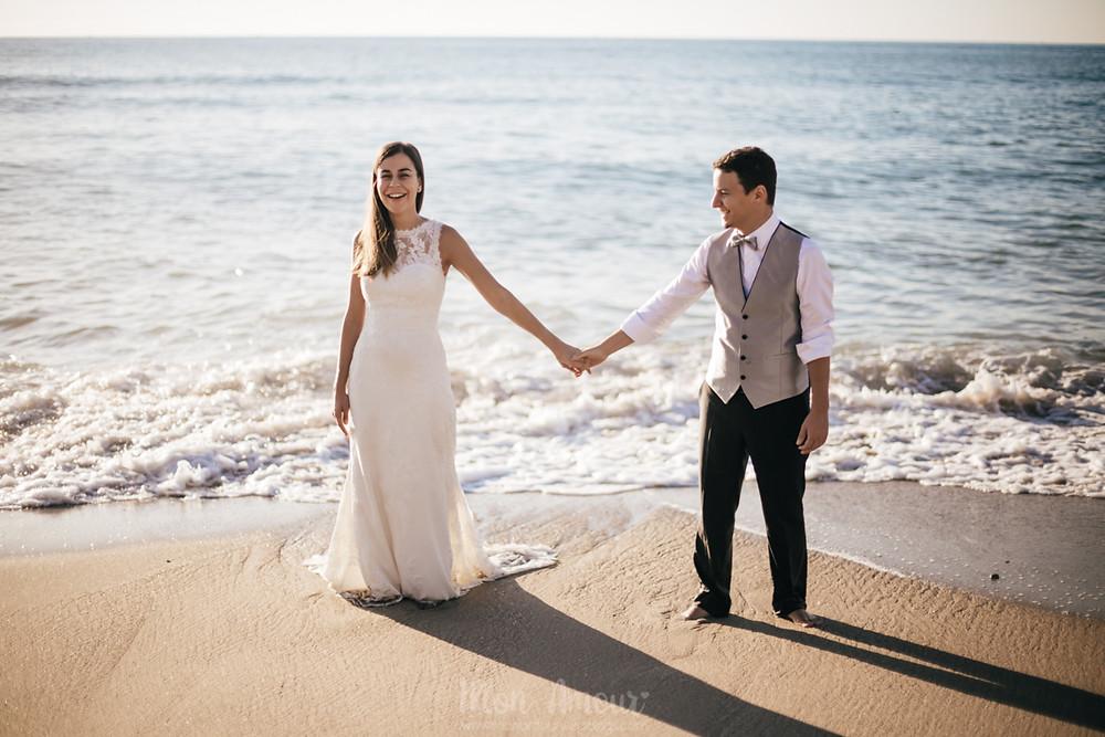 Postboda al amanecer en la playa de les casetes del Garraf, vestido de novia de Pronovias, fotografía natural de bodas en Barcelona - Mon Amour Wedding Photography by Mònica Vidal