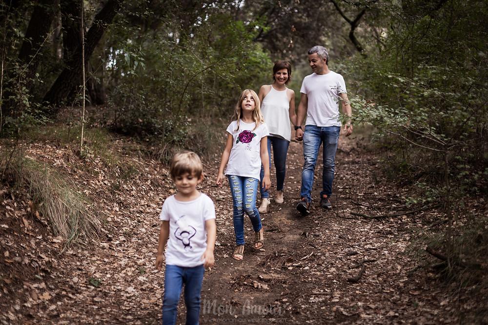 Preboda familiar con dos perros en el campo, fotografía natural de familias y bodas en Barcelona - Mon Amour Wedding Photography by Mònica Vidal