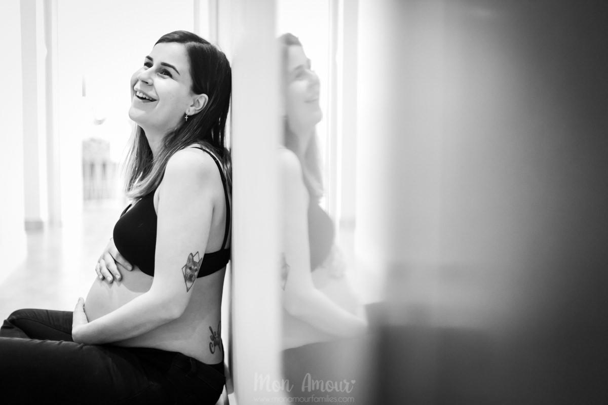 Reportaje de embarazo en casa, sesión de fotos premamá a domicilio. Fotografía natural de familias en Barcelona - Mon Amour Family Photography by Mònica Vidal