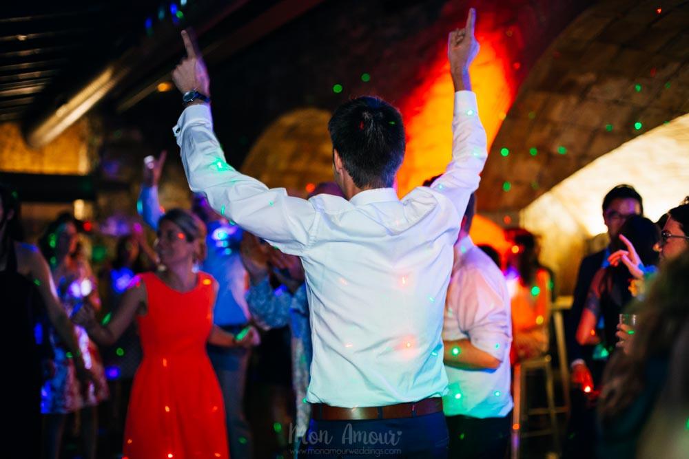 Boda de verano al aire libre en Ca n'Alzina con Espai Gastronomia, vestido de novia de Raimon Bundó, maquillaje de What Image, fotografía natural de bodas en Barcelona - Mon Amour Wedding Photography by Mònica Vidal