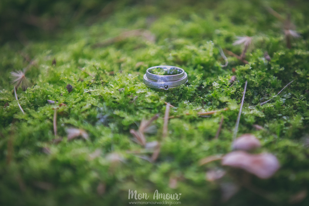 Alianzas sobre el musgo - Fotografía de bodas en Barcelona - Mon Amour wedding photography