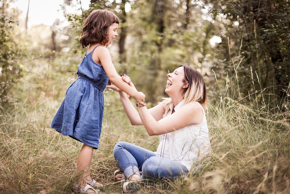 Reportaje familiar de embarazo en el campo - fotografía natural de familias en Barcelona Mon Amour Family Photography by Mònica Vidal
