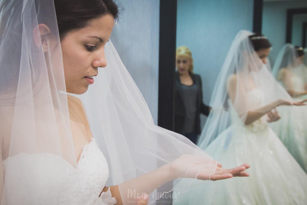 Reportaje prueba de vestido de novia, fotografía de bdoas natural en Barcelona, Mon Amour Wedding Photography