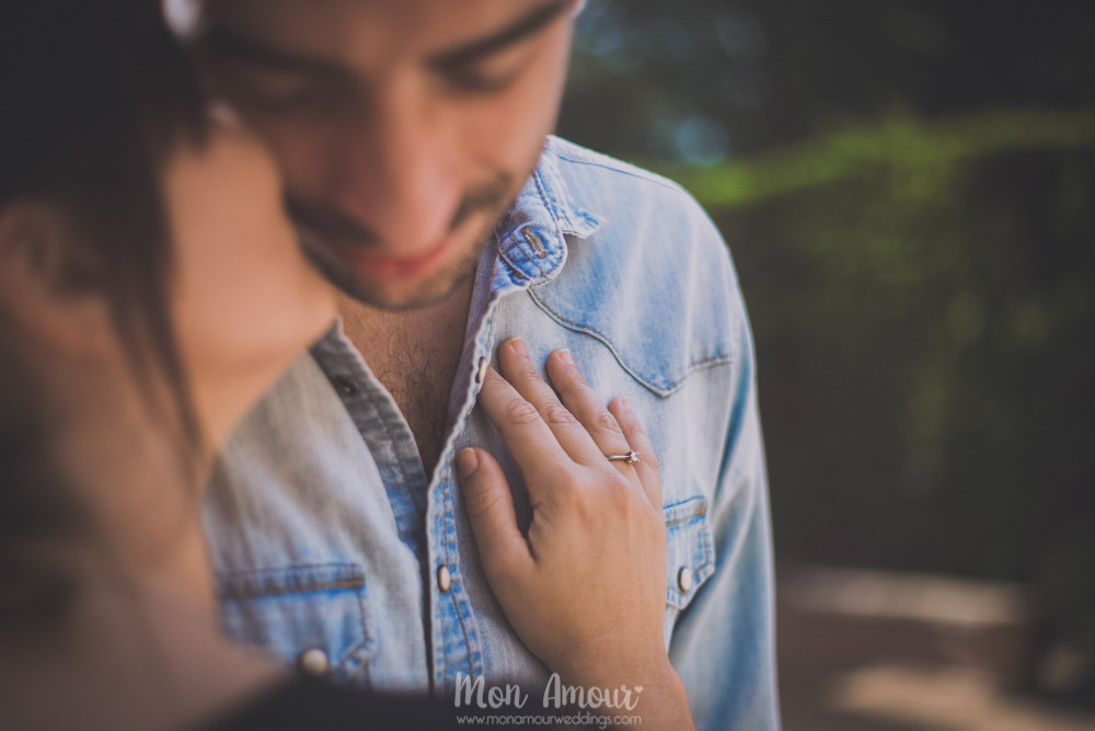Pareja y anillo de prometida - Fotografía de bodas en Barcelona - Mon Amour wedding photography