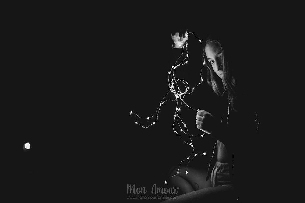 Sesión de fotos nocturna con luces led, reportaje de hermanas, fotografía natural de familias en Barcelona - Mon Amour Family Photography by Mònica Vidal