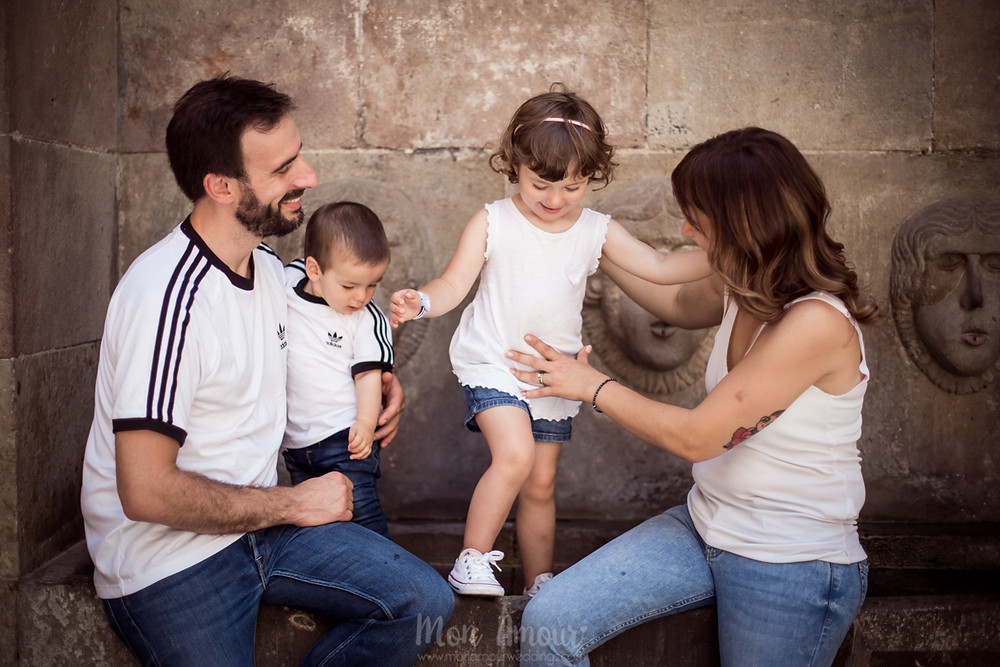 Preboda familiar por el barrio gótico de Barcelona, fotografía natural de bodas - Mon Amour Wedding Photography by Mònica Vidal