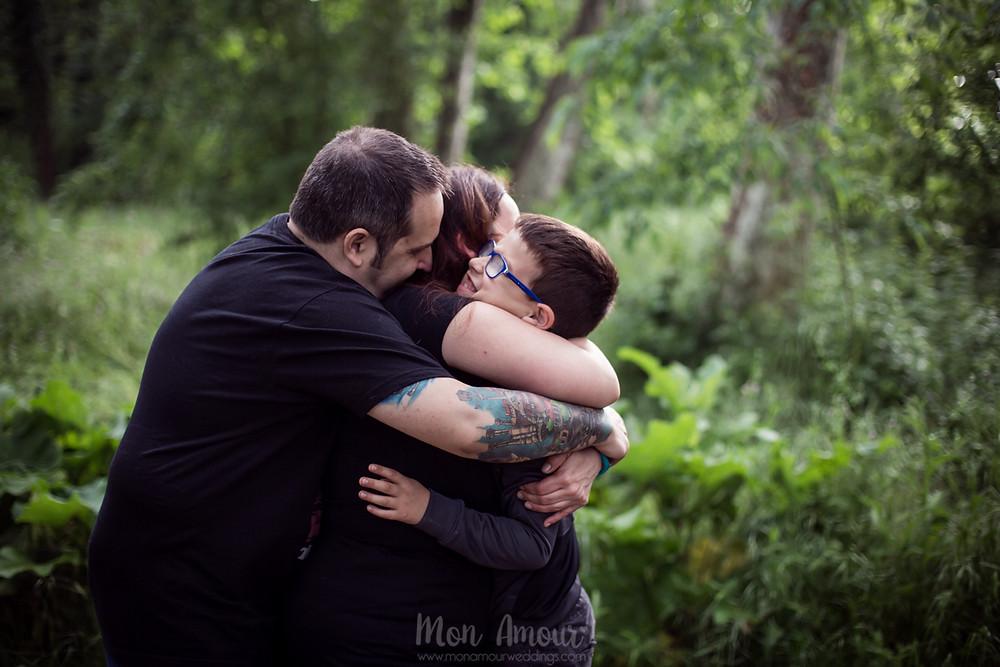 Preboda amiliar en el bosque y el campo de amapolas al atardecer, fotografía de bodas natural en Barcelona - Mon Amour wedding Photography by Mònica Vidal