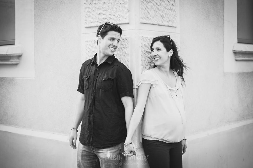 Reportaje de embarazo en la playa, fotografía natural de familias en Barcelona - Mon Amour Family Photography