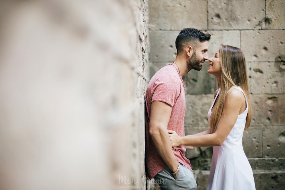 Preboda en Barcelona, paseando por el barrio Gótico, el Born y la Barceloneta - fotografía natural de bodas en Catalunya, Mon Amour Wedding Photography by Mònica Vidal