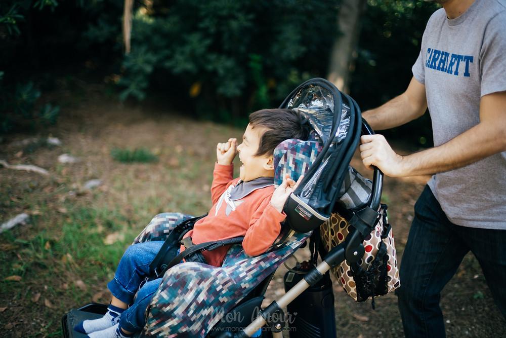 Sesión de fotos familiar, reportaje infantil en el parque, fotografía natural de familias en Barcelona - Mon Amour Family Photography by Mònica Vidal