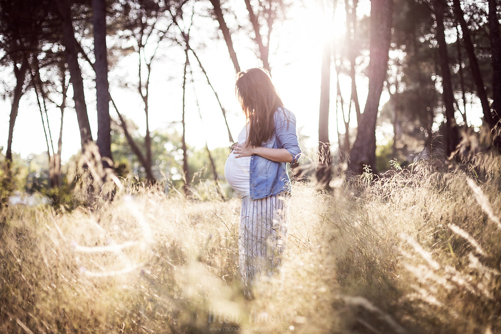 Sesión de fotos premamá, reportaje de embarazada doble al atardecer en el bosque, fotografía natural de familias en Barcelona, Mon Amour Family Photography by Mònica Vidal