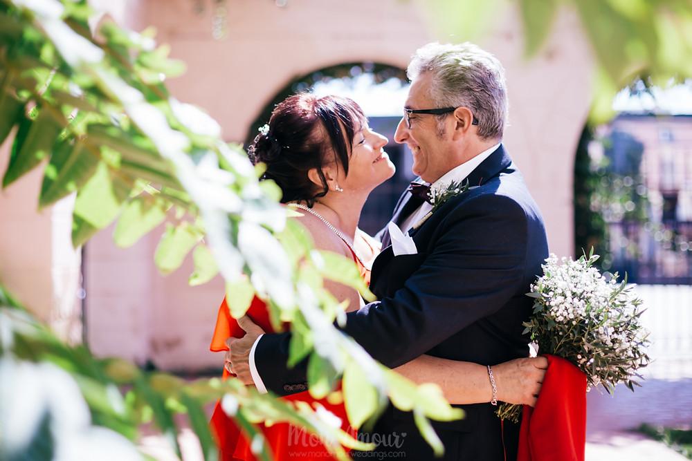 Boda original en la playa de Gavà, novia con vestido rojo, fotografía natural de bodas en Barcelona - Mon Amour Wedding Photography by Mònica Vidal
