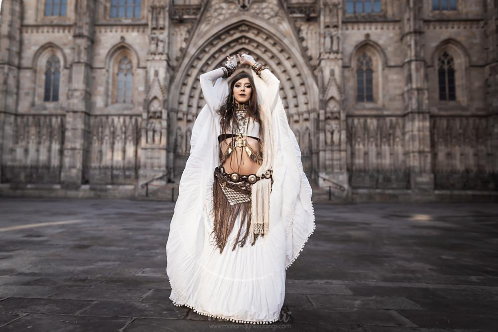 Reportaje, sesión de fotos, Cosmos Daughter. Bailarina de Tribal Fusión y fire Dancer. Bailando en el barrio gótico de Barcelona - fotografía de Mònica Vidal