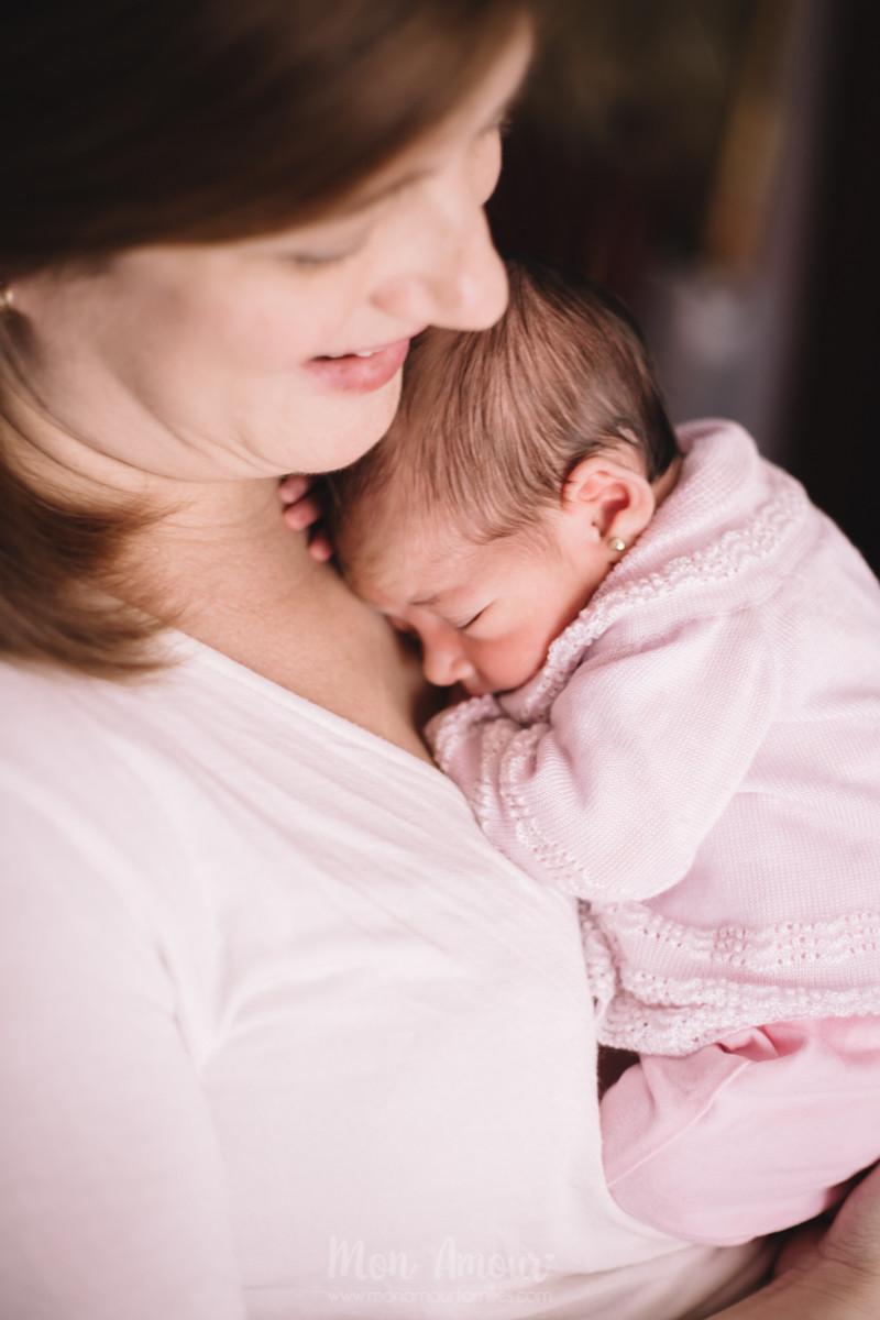 Sesión de fotos de bienvenida, reportaje de bebé a domicilio en Barcelona, fotografía natural de familias, Mon Amour Family Photography
