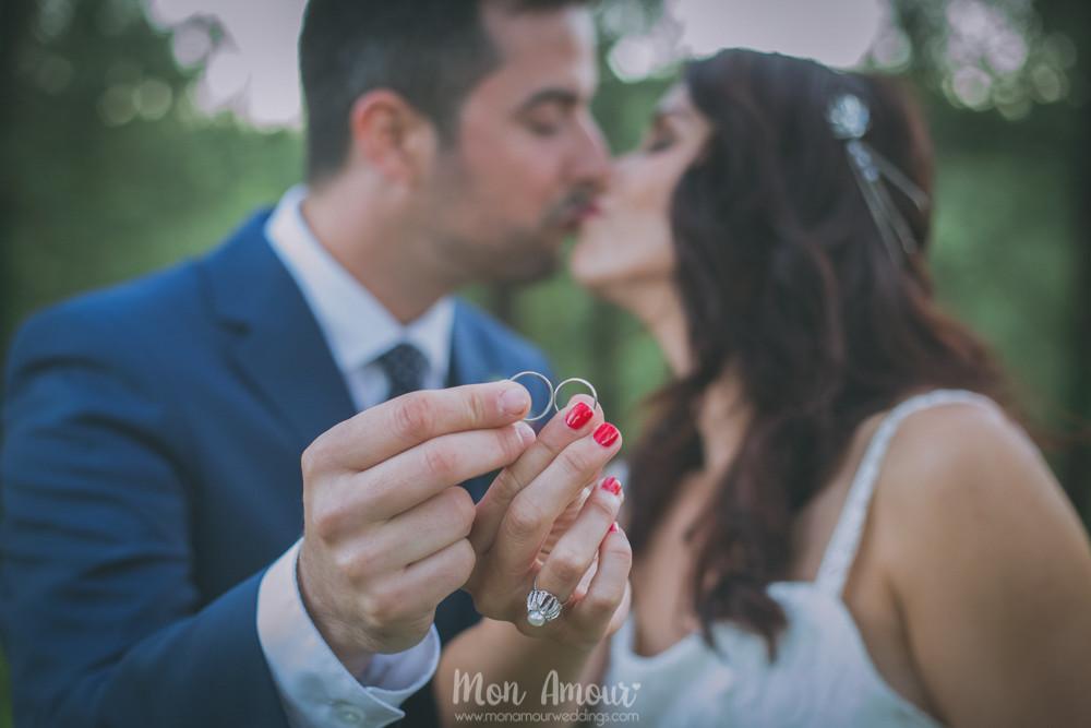 Alianzas en forma de infinito y beso - Fotografía de bodas en Barcelona - Mon Amour wedding photography