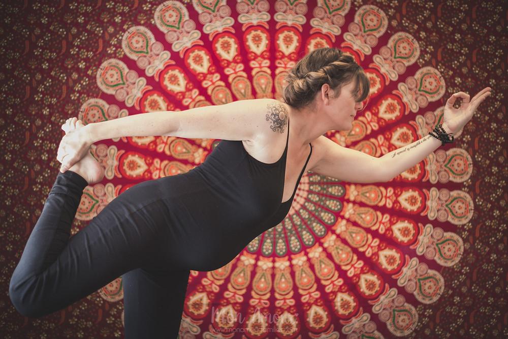 Reportaje embarazo de yoga premamá, Fotografía natural de familias en Barcelona, Mon Amour Family Photography