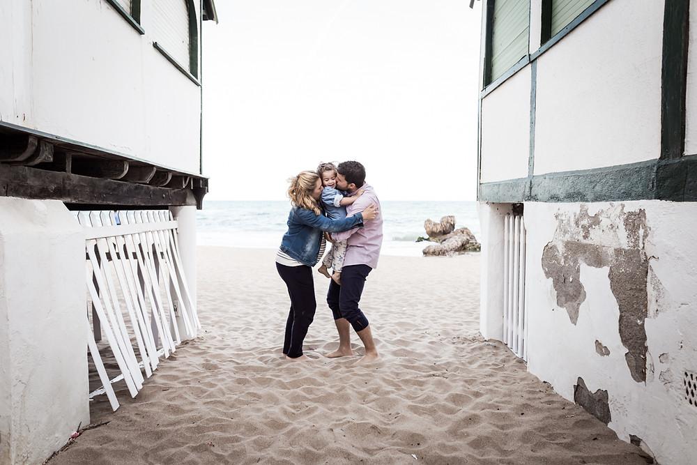 Reportaje embarazo en familia, sesión de fotos premamá en la playa, fotografía natural de familias en Barcelona - Mon Amour Family Photography by Mònica Vidal