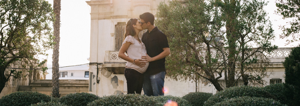 Reportaje de embarazo al atardecer, fotografía natural de familias en Barcelona - Mon Amour Family Photography