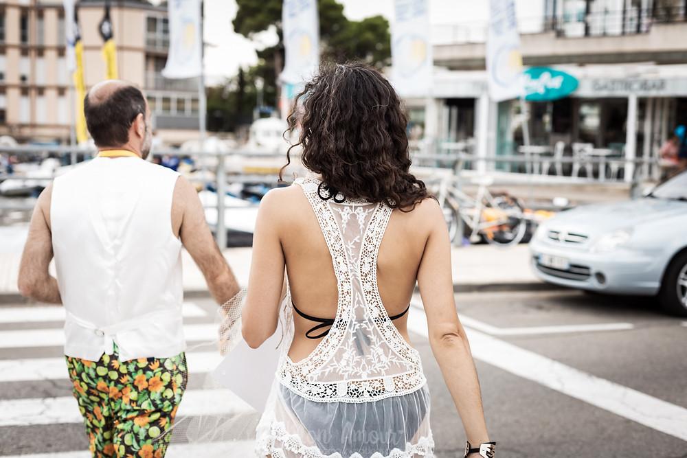 Boda de verano original en la playa de Cala Joncols, fotografía natural de bodas en Girona - Mon Amour Wedding Photography by Mònica Vidal