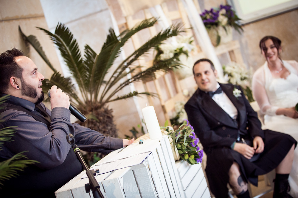 Boda Friky lluviosa en Barcelona, novio con kilt de Carlos Sutil, vestido de novia de Balart Núvies, fotografía de bodas natural en Barcelona - Mon Amour Wedding Photography by Mònica Vidal