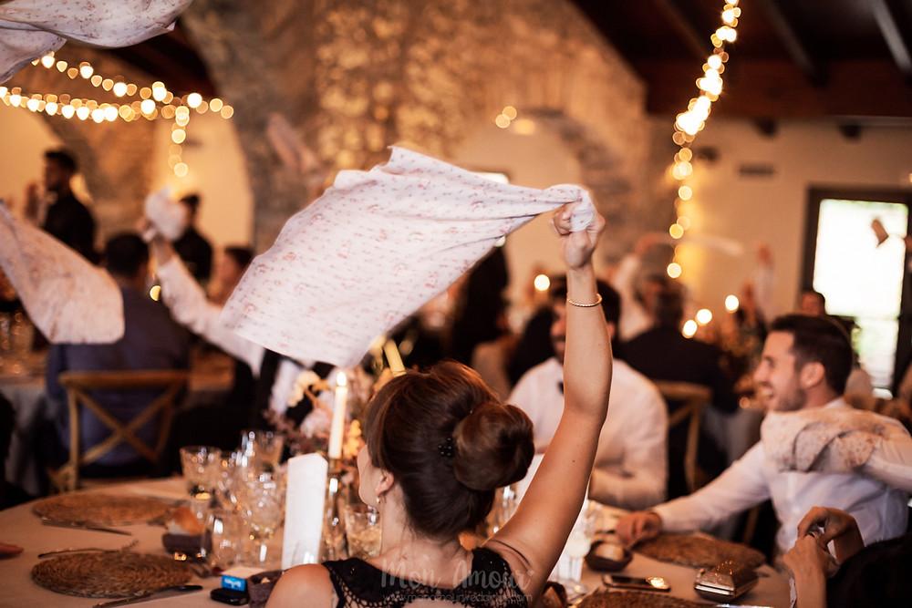 Boda lluviosa de otoño en el Mariner de Sant Pau de Segúries, decoración y flores de Blanc Trencat, Restaurant can Jepet, vestido de novia de Rosa Clarà, zapatos de novia de Flor de Asoka, tarta nupcial de Bimba's Cakes, fotografía natural de bodas en Barcelona -  Mon Amour Wedding Photography by Mònica Vidal
