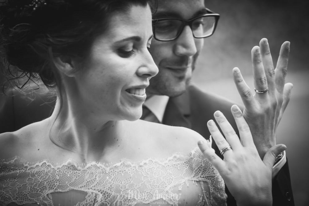 Novios con sus alianzas - Fotografía de bodas en Barcelona - Mon Amour wedding photography