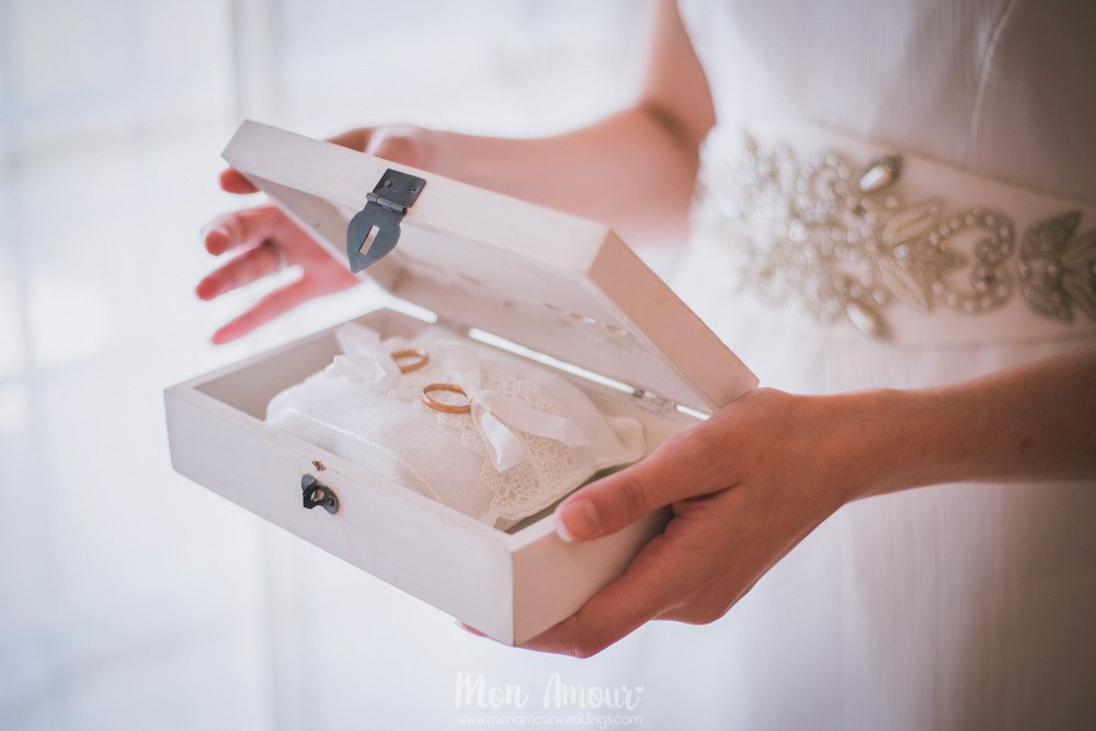 Alianzas en caja de madera - Fotografía de bodas en Barcelona - Mon Amour wedding photography