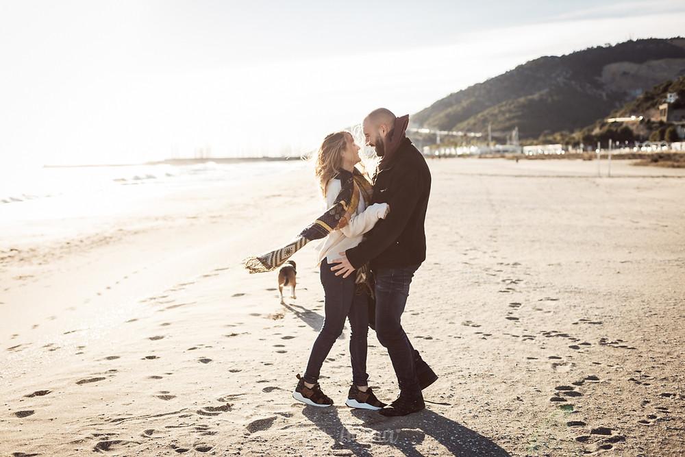 Preboda de invierno en la playa con perro - fotografía natural de bodas en Barcelona, Mon Amour Wedding Photography by Mònica Vidal