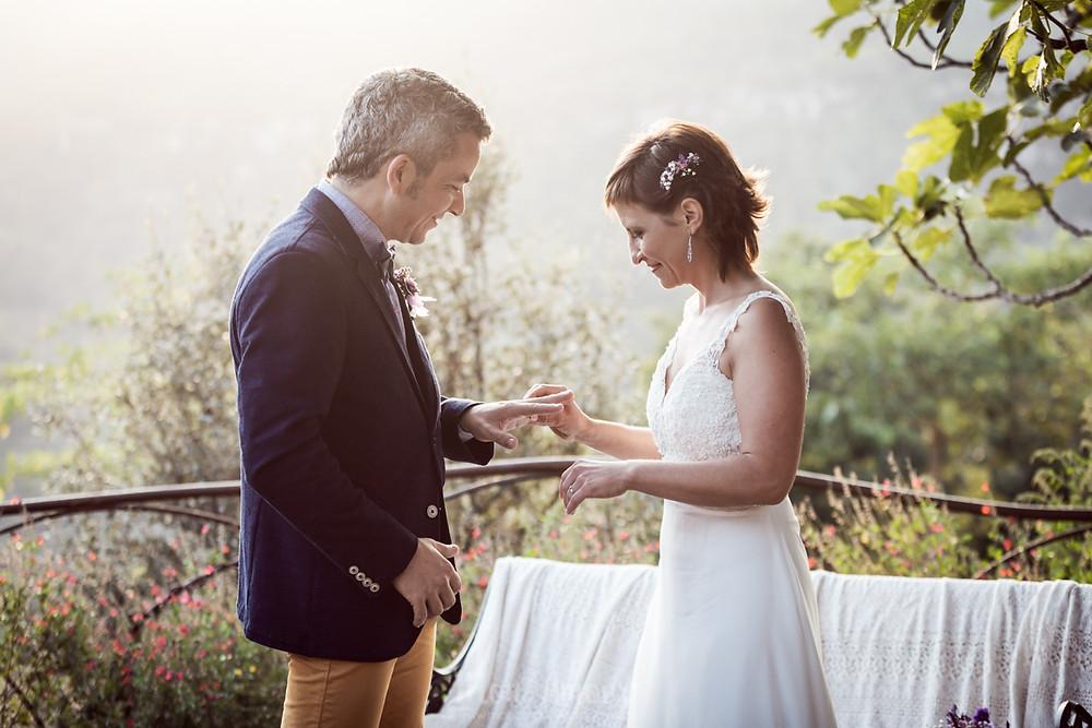 Boda informal en otoño en El Folló, luz de atardecer, música en directo de Double Chick, fotografía natural de bodas en Barcelona - Mon Amour Wedding Photography by Mònica Vidal