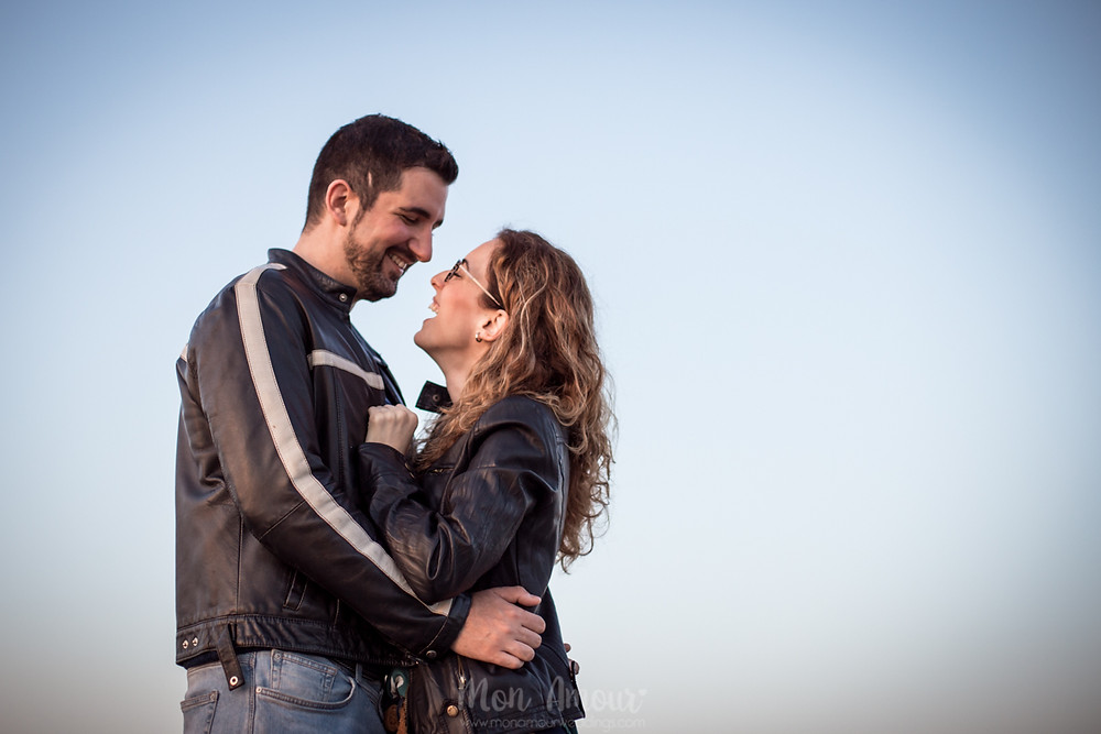 Preboda al atardecer pasendo por Poblenou, fotografía natural de bodas en Barcelona - Mon Amour Wedding Photography by Mònica Vidal