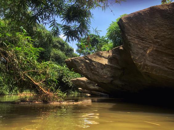 Rochers sur la rivière du village